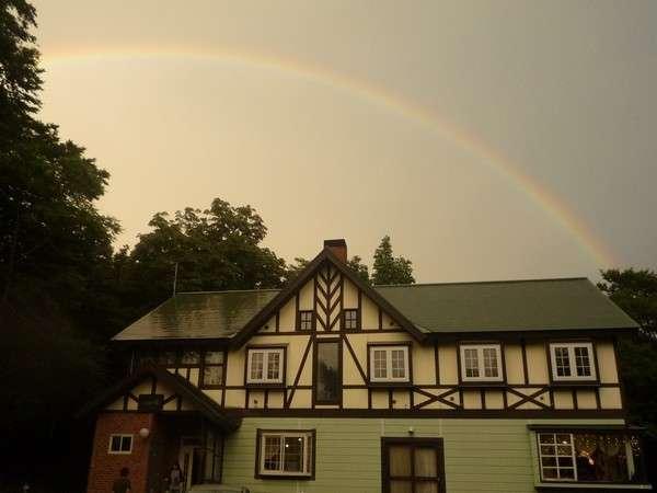 アップル館の頭上に掛かった 虹