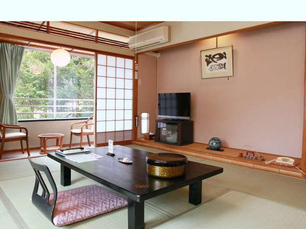 おまかせ和室の一例。窓からの四季折々の景色をお楽しみください。