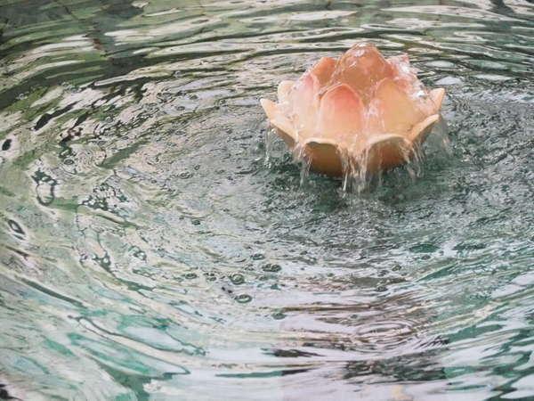貴妃湯。蓮の花から滔々とあふれるお湯をお楽しみください。