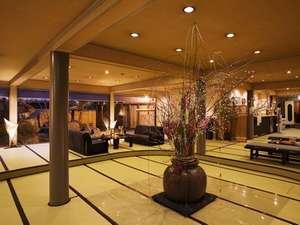 【ロビー】約50畳もの畳敷きのロビー。大きな壺に飾られる花々で華やかな雰囲気。