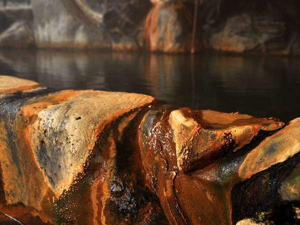 【内湯】湯船を覆う湯の花は創業60年源泉かけ流しの証。高温の源泉直結で、本物志向の方はぜひ。