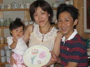 かわいい赤ちゃんの足形・手形の大きなお皿も翌朝完成します。