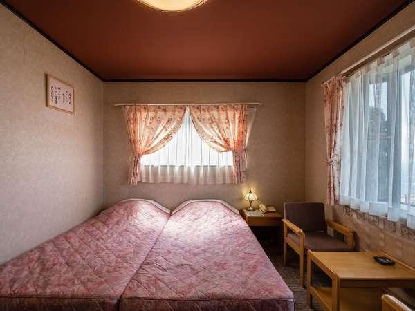 海&富士山一望が一望できる3階のお部屋です。シングルベットが並んでおります。