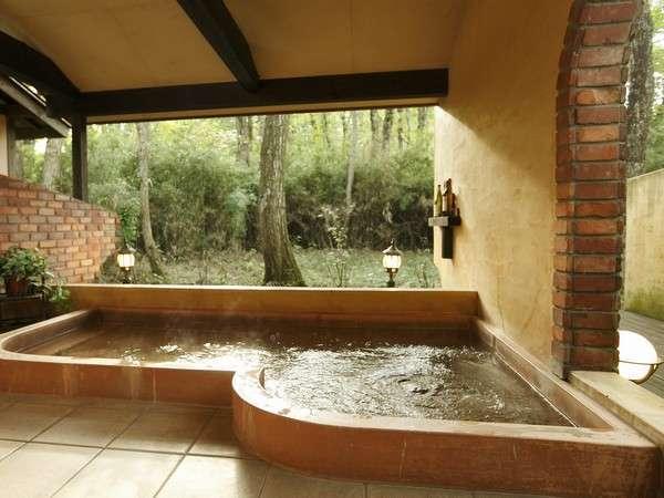 広々スペース南仏露天風呂。四季を感じながらゆったりと♪