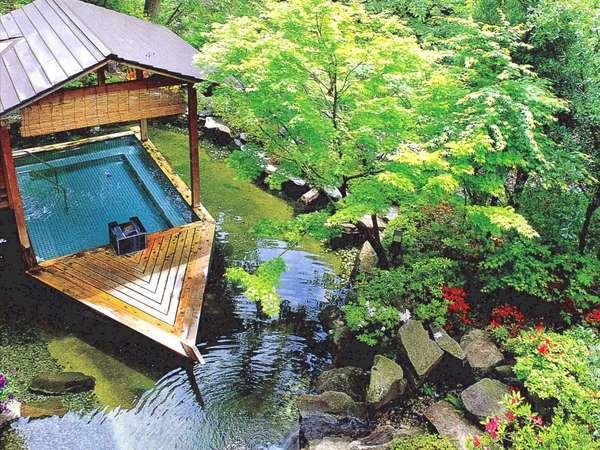 新緑の山間を吹き抜ける爽やかな風が心地いい人気の屋形舟風露天風呂で癒しの入浴を満喫!
