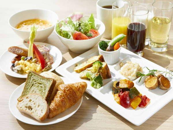 【ごちそう野菜の朝ごはん】焼きたてパンと彩り豊かな野菜にひと手間加えたごちそうメニューをご用意