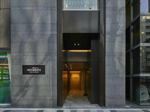【ホテルエントランス】人と人、人と地域が出会う門。ここから、最高の朝をお届けする滞在がはじまります
