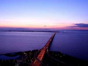 関西国際空港を一望できるロケーション。夕暮れ時のほんの一瞬がとてもロマンティックですね♪