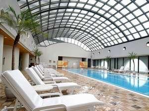 リゾート気分を味わえる、本館4階フィットネス&スパ「ルアナ」内の屋内プール