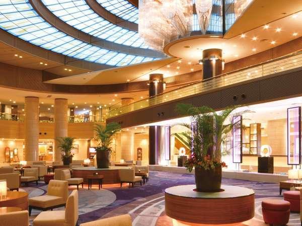 豪華なシャンデリアにうっとり。本館1階メインロビー。