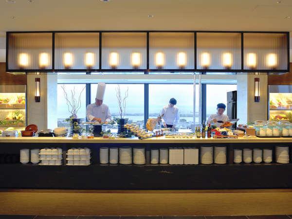 開放的なオープンキッチン とブッフェ台