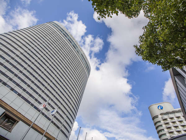 高層の楕円型が特徴のホテル外観