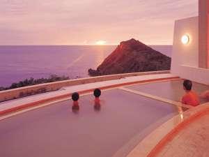 夕陽を見ながら入浴を楽しむ。
