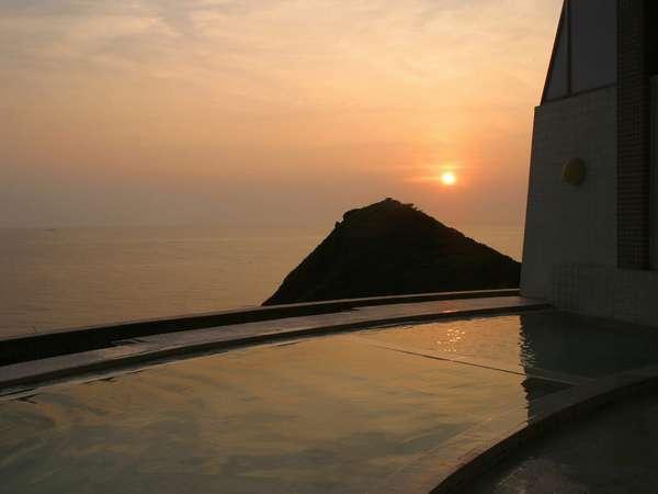 幻想的夕陽を眺めながらの入浴。