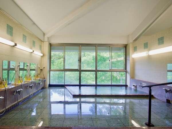 源泉かけ流しの湯を愉しめる大浴場