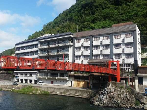 <吊橋外観>当館自慢の専用吊橋。渓流を見下ろしながら川風に吹かれてみませんか♪