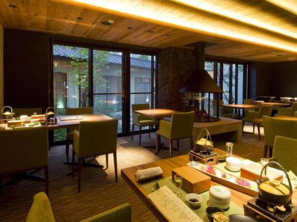 木材や土・ガラスなど群馬県の資材で造られました食事処 「新緑」