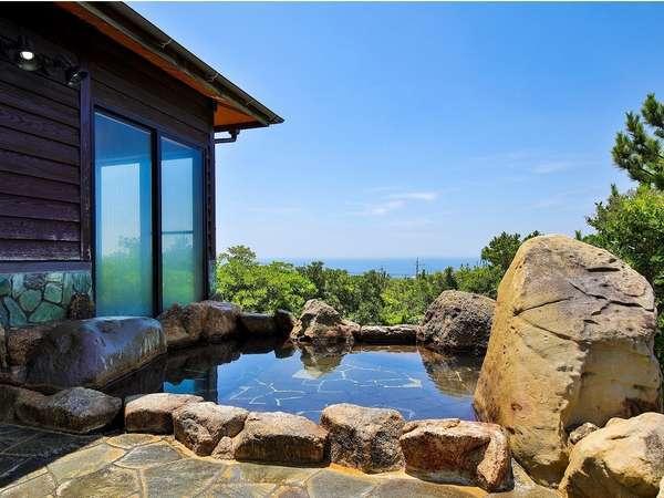敷地内の温泉「千畳の湯」には太平洋を望む露天風呂。