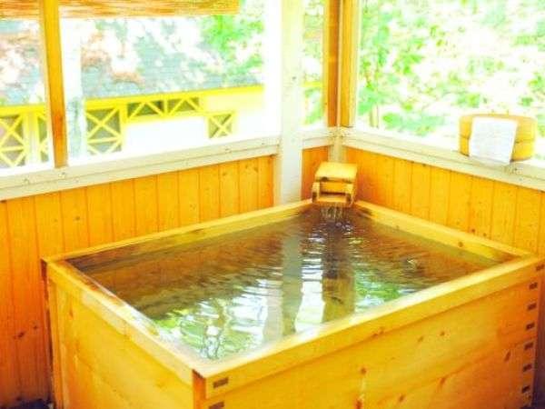 テラスに露天風呂のあるコテージが『露天風呂付き花ホテル』。プライベートを重視されたい方にお勧め。