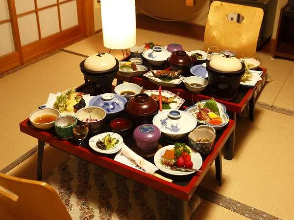 夕食はお膳でご用意。たまにはこんな「和」の雰囲気でいかが?(例。ご予算により品数が異なります)