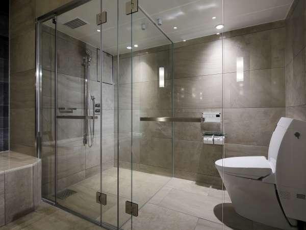 【スイート1401室のバスルーム】広々としてシャワーブースも別。一日の疲れも癒されます。