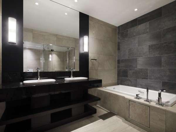 【スイート1401室のバスルーム】2名様同時でも便利にご利用いただけます。