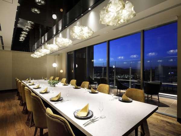 夜のプライベートルーム 熊本市内が一望できます。
