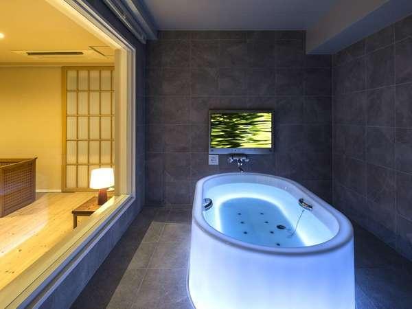 スイートルーム812号室バスルーム/七色に光る浴槽『HOTARU』。最高の非日常空間を演出。