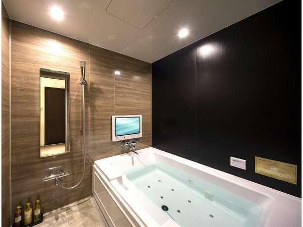 【プレミアムルーム/アーティストルーム浴室一例】ゆったりとした大きい浴槽で、マイクロバブルバスを堪能
