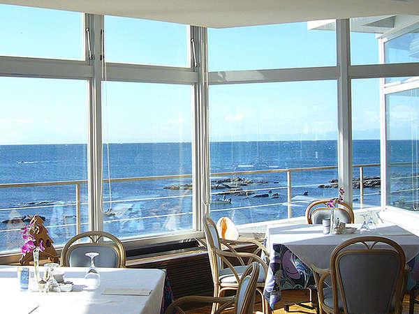 海が一望出来るレストランでごゆっくりとお食事をお楽しみ下さい。