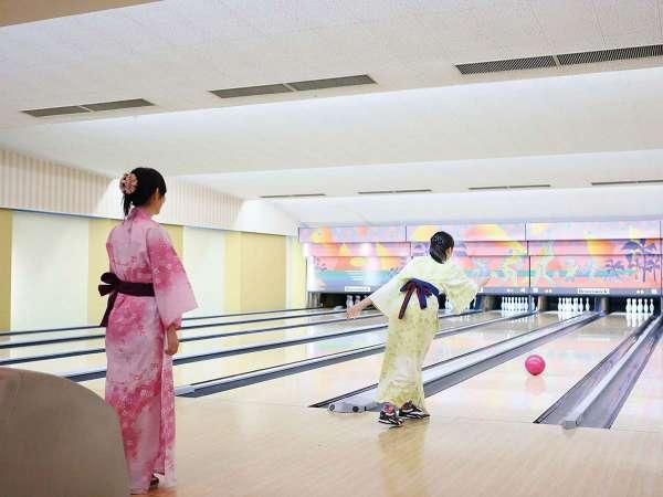 館内併設/10レーン完備のボウリング場では大人から子供まで楽しめます。