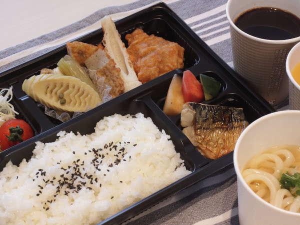 和食朝弁当お部屋にも持ち帰り可能。密回避!地元製麺所の麺を使用したミニ讃岐うどん付き