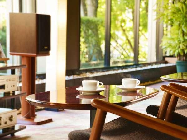 【1F ラウンジ】挽きたてのコーヒーが楽しめるラウンジでは、厳選されたCDの音色が楽しめる