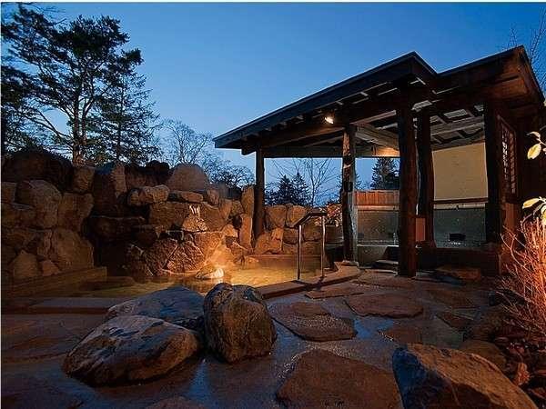 岩の湯・夕暮れ時の露天風呂です。「腰掛け湯」がおすすめで、ごゆっくり入浴をお楽しみいただけます。