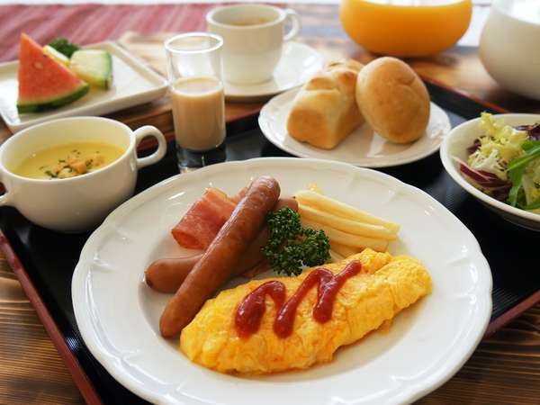 朝食は地産地消にこだわった洋食メニュー(みやちく粗挽きウィンナーなど)