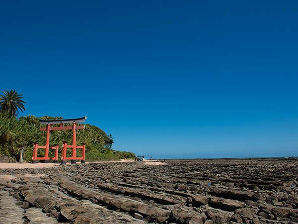 青島・青島神社(鬼の洗濯板)※ビーチ沿いを徒歩で約15分