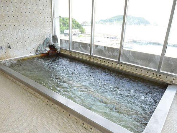 海が広がる展望風呂。大きな窓で開放感は抜群です!海を眺めながら湯ったり~
