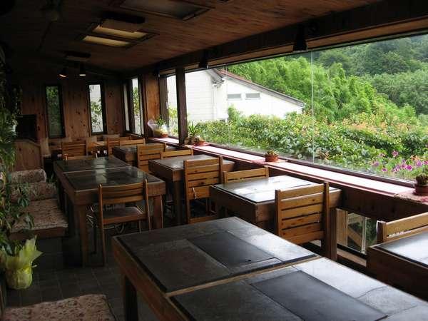 バーベキューハウス風の食堂(テーブルは小松石使用)