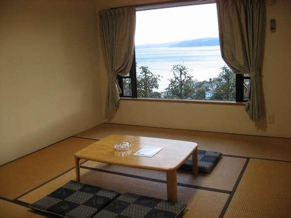 大きな窓から伊豆半島をのぞむ絶景が楽しめるコテージ棟客室