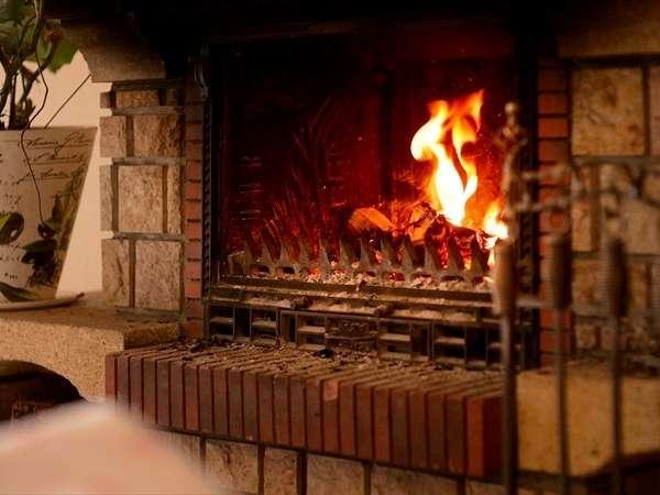 【ラウンジ】ウィンターシーズンは暖炉の前でくつろぎを