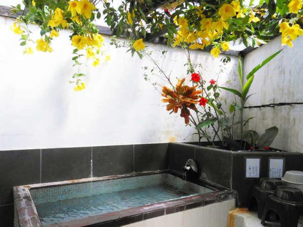 *無料貸切ジャングル風呂/6月はアラマンダのお花が美しい