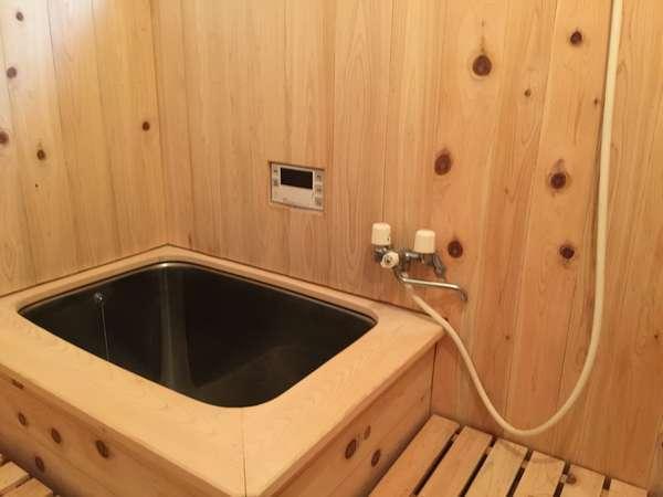 ほんのりとヒノキの香りがして、リラックスできる内風呂です。