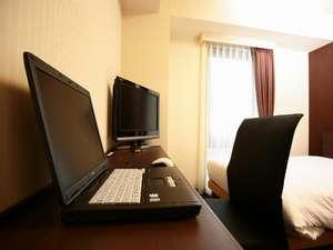 快適なビジネスワークの為、全客室にLAN回線と広めのライティングデスク完備