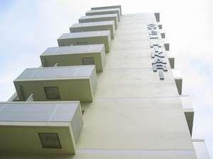 黄色い9階建てのホテルです
