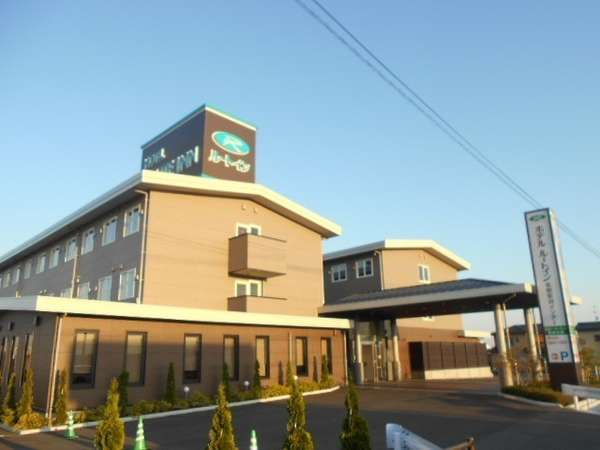 仙台空港ICより車で8分。国道4号線沿いにございます。3階建て2棟の建物です。