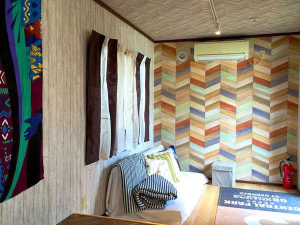 テントに併設された冷暖房完備のロッジ
