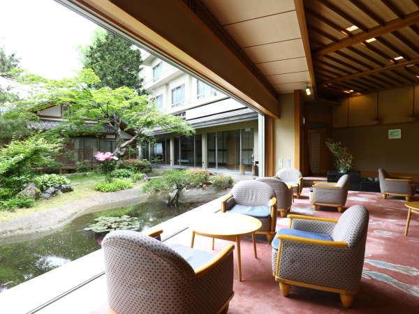 大きな窓の向こうに広がる日本庭園。日々の喧騒を忘れのんびりと