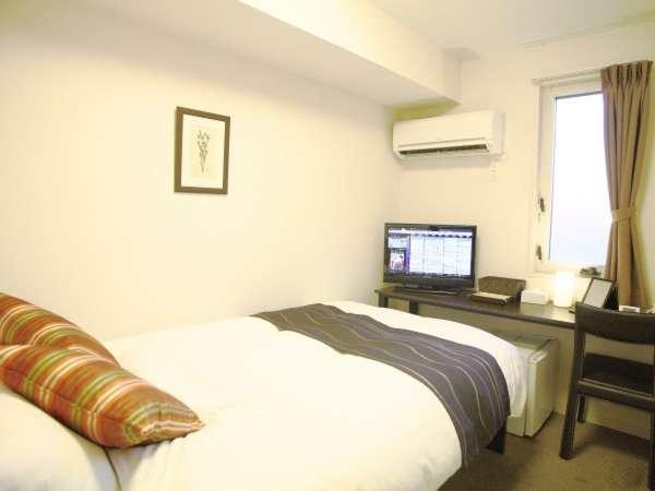 セミダブル:12㎡。ベッド幅120cm(シモンズ社)。個別空調、Wi-Fi、温水洗浄便座完備。