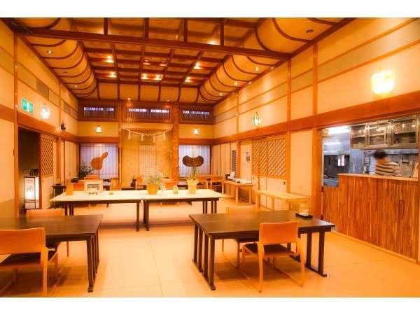 《ダイニング結 musubi》朝夕のお食事は畳に椅子テーブルで柔らかい空間です