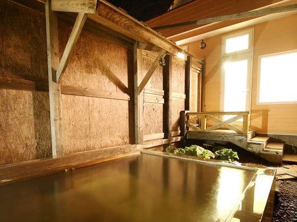 夜は星空の下、朝はエゾリスや沢山の小鳥が顔を見せる露天風呂です。